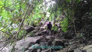 Sungai piramid dengan batuannya