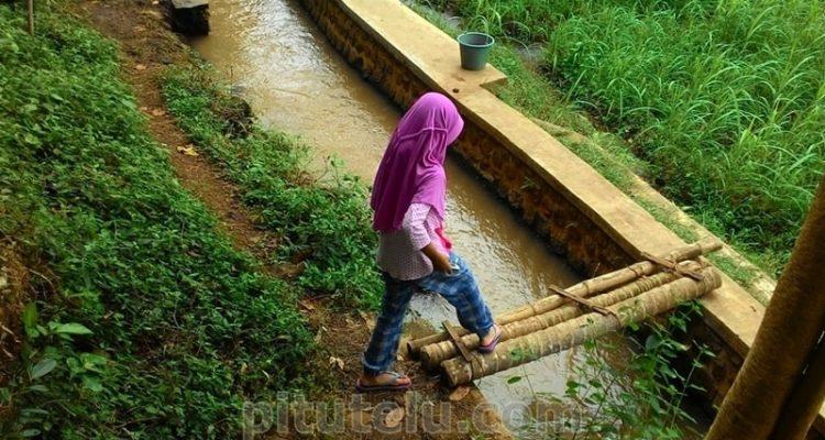 Jembatan aluran irigasi di taman Rengganis Bondowoso